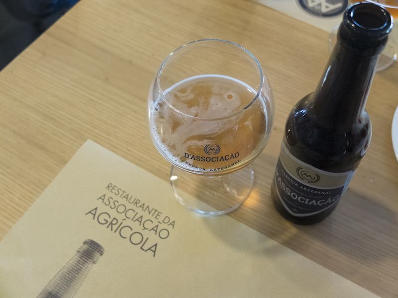 Mesa com copo de cerveja artesanal