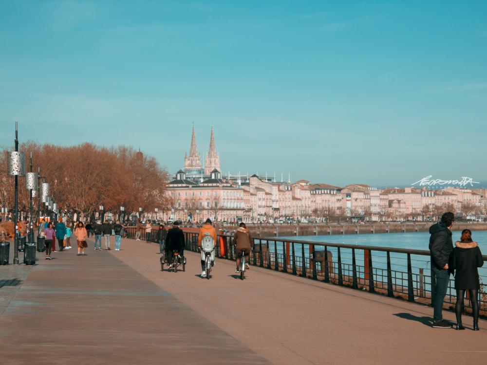 Pessoas a passear junto ao rio em Bordéus