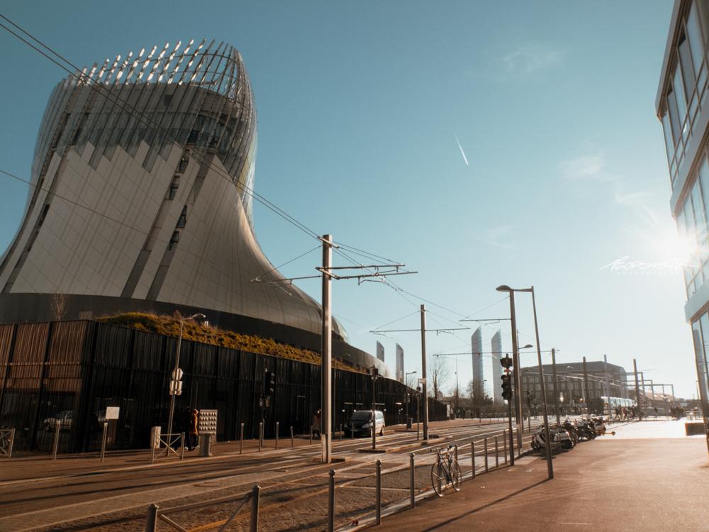 Rua com museu La Cité du Vin