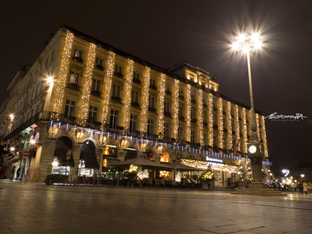 Grande Hotel iluminado com luzes de Natal