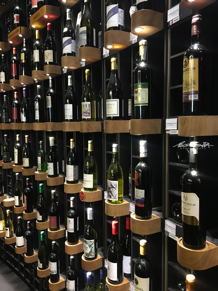 Cave com garrafas de vinho de vários países
