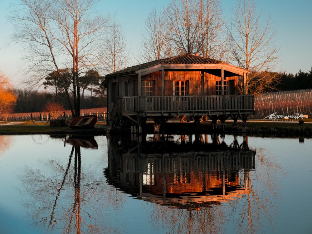 casa de madeira num lago