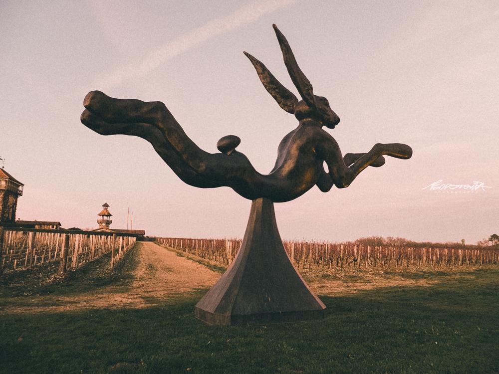 Escultura da Lebre do escultor irlandês Barry Flanagan