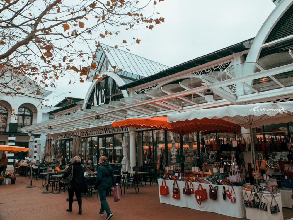 mercado tradicional visto de fora