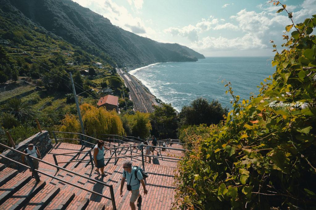 Escada de subida para Corniglia com turistas