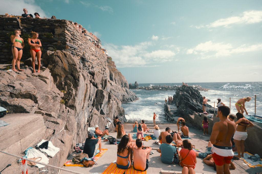 Manarola, cinqueterre, pessoas a tomar banho no mar