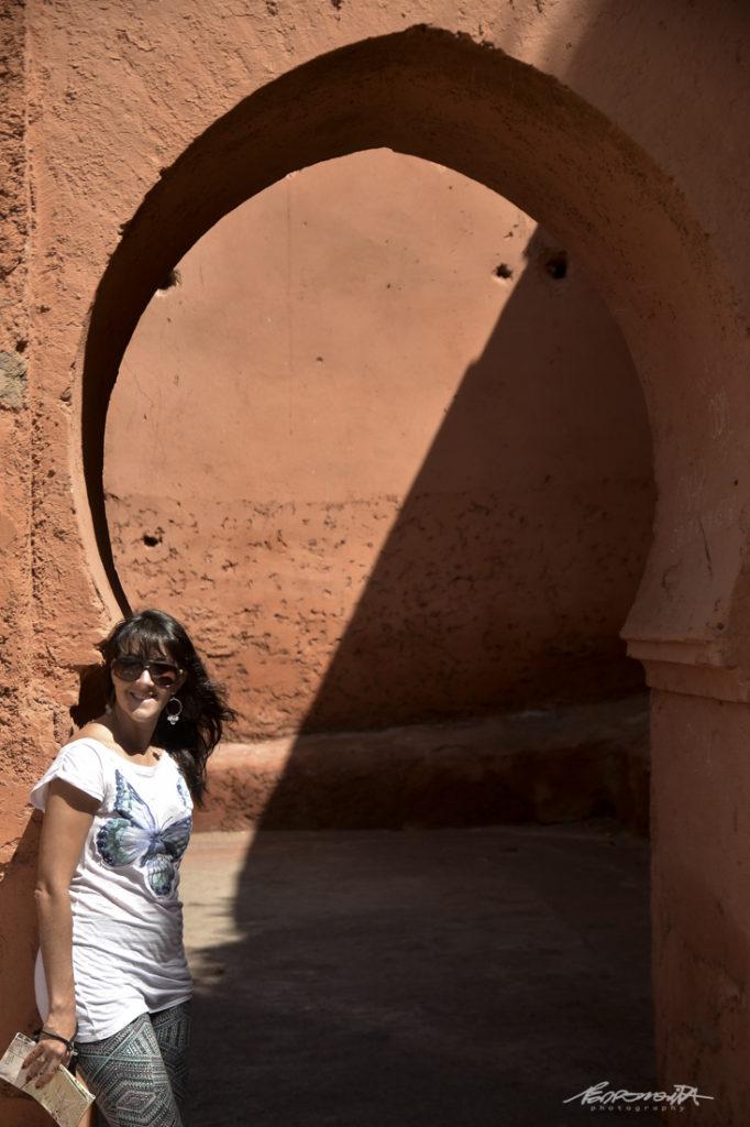 turista em porta árabe