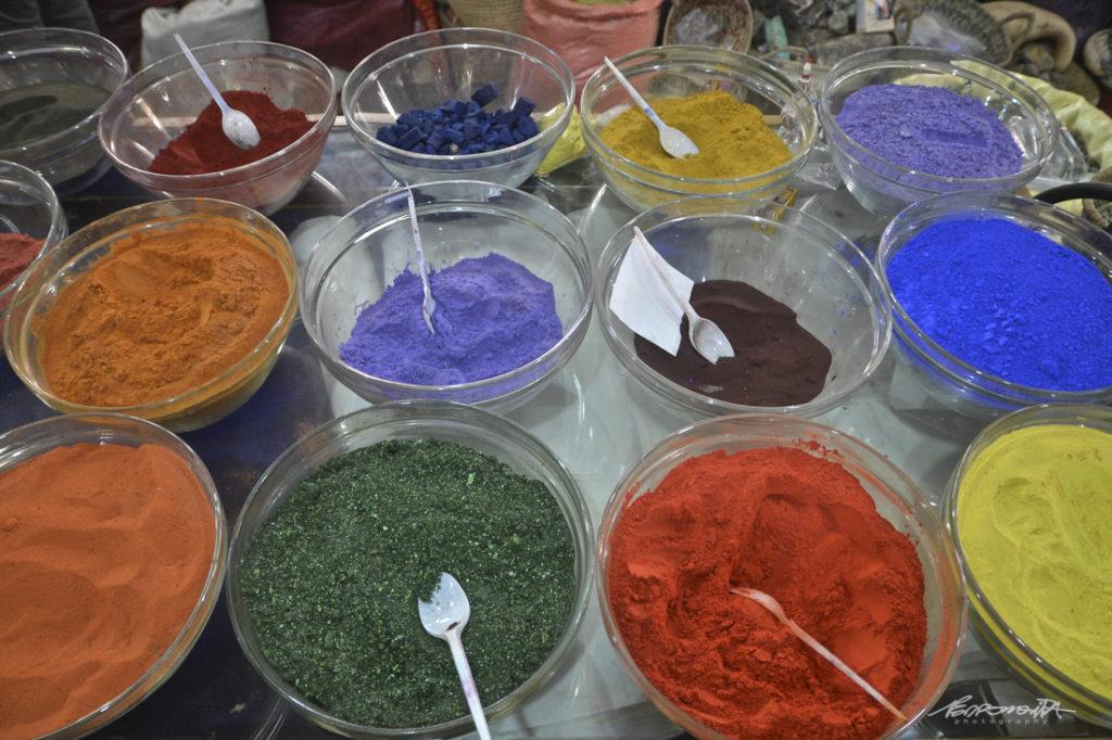 taças de especiarias muito coloridas