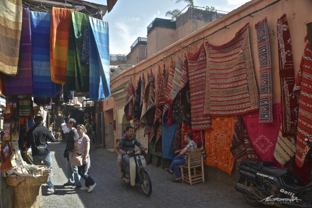 Mercado de marrocos com vendedores de tapetes