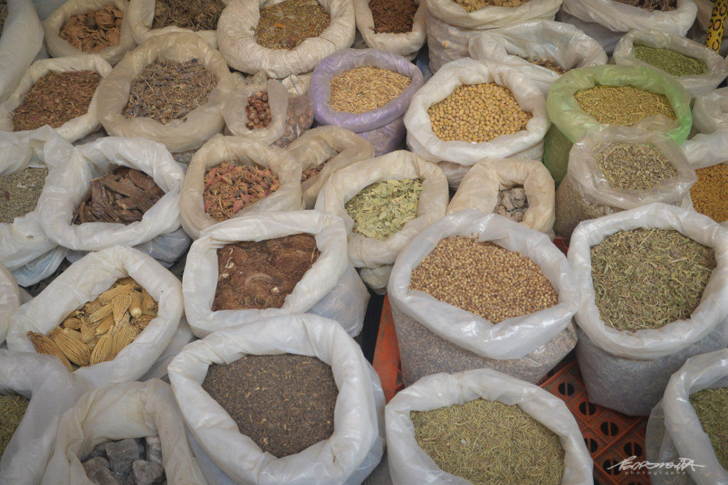 Sacos de especiarias no mercado