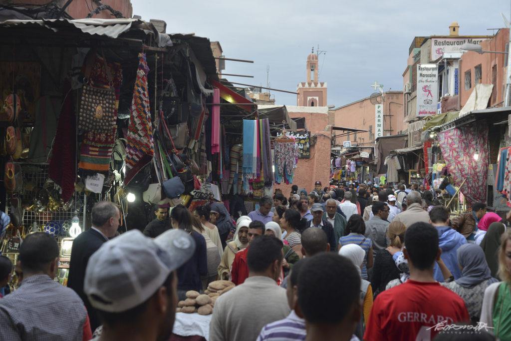 Multidão na medina em marrakech