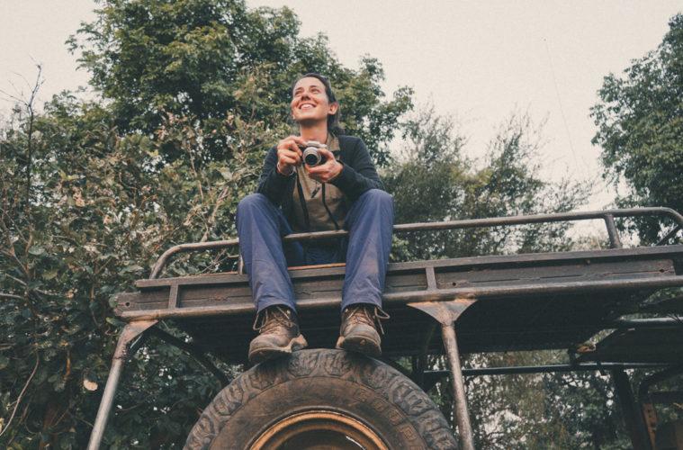 Mulher em cima de um camião