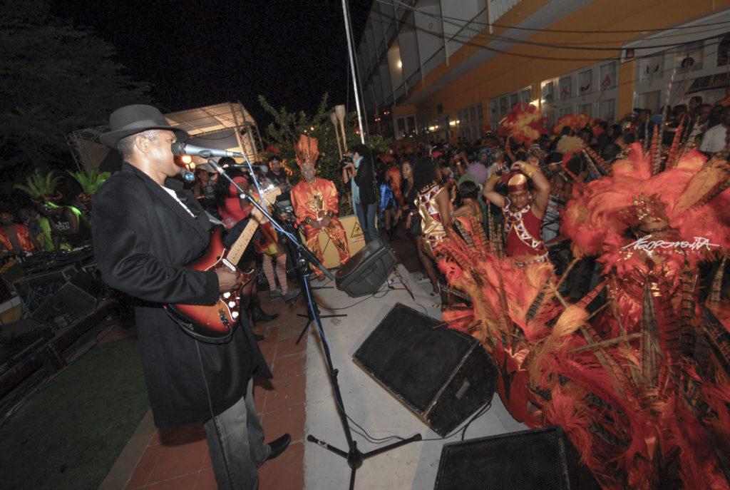 músico em palco a atuar no Carnaval