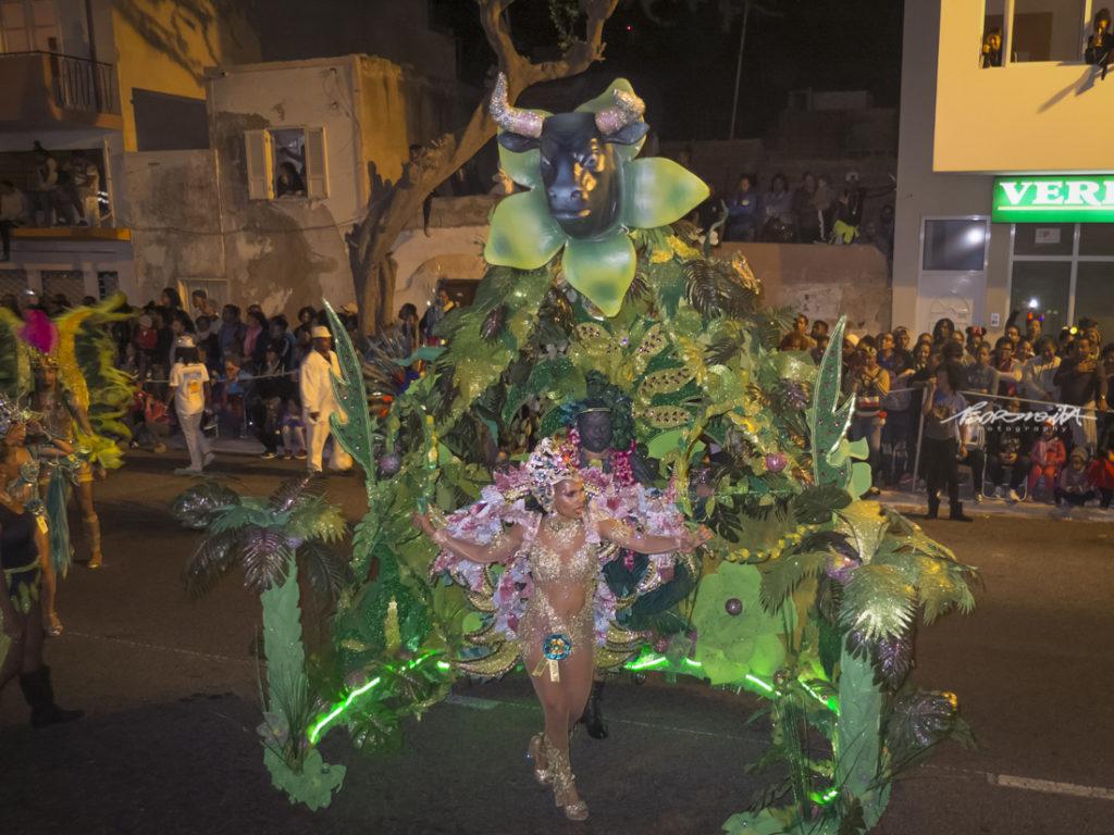 Musa do Carnaval a desfilar