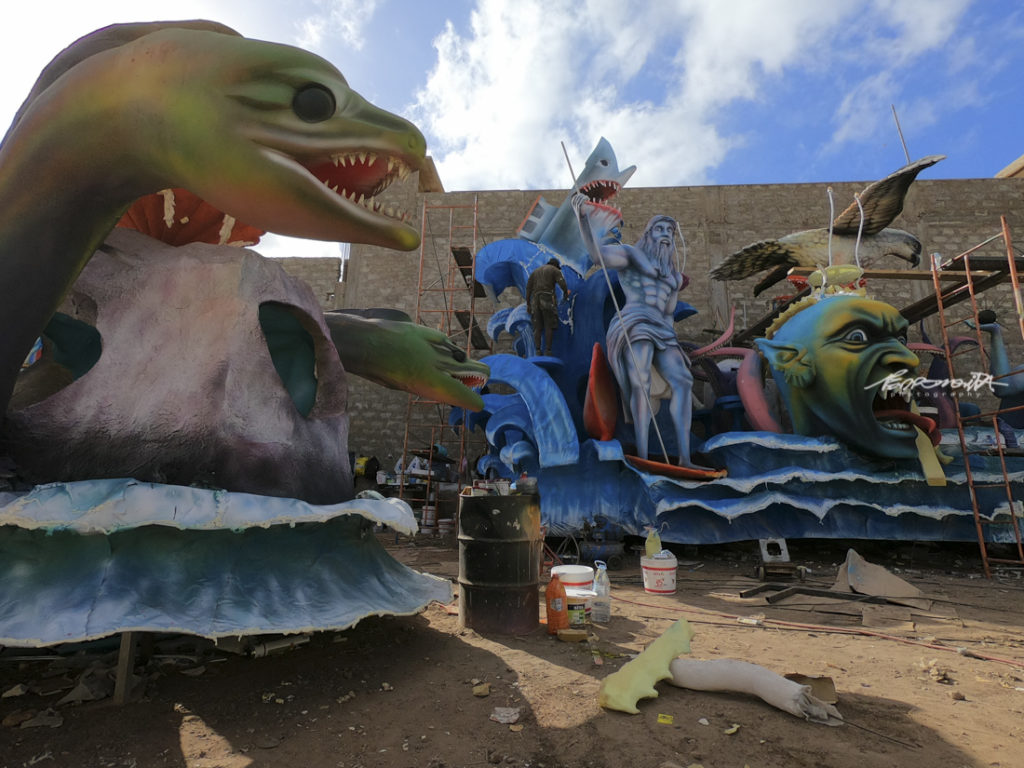 Estaleiro de Carnaval com carro alegórico