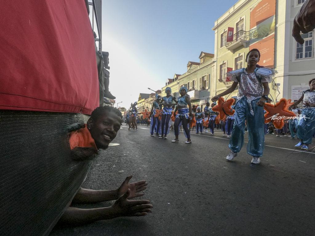Crianças em desfile de Carnaval