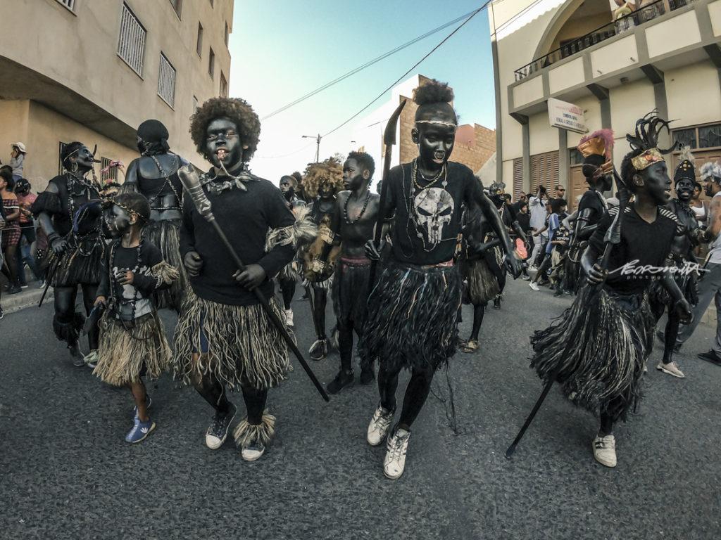 Mandingas a desfilar na rua no carnaval