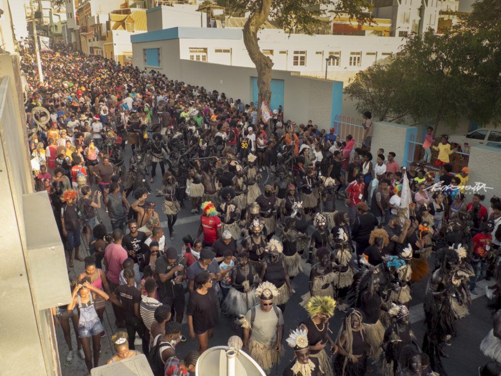 multidão na rua, desfile de Carnaval