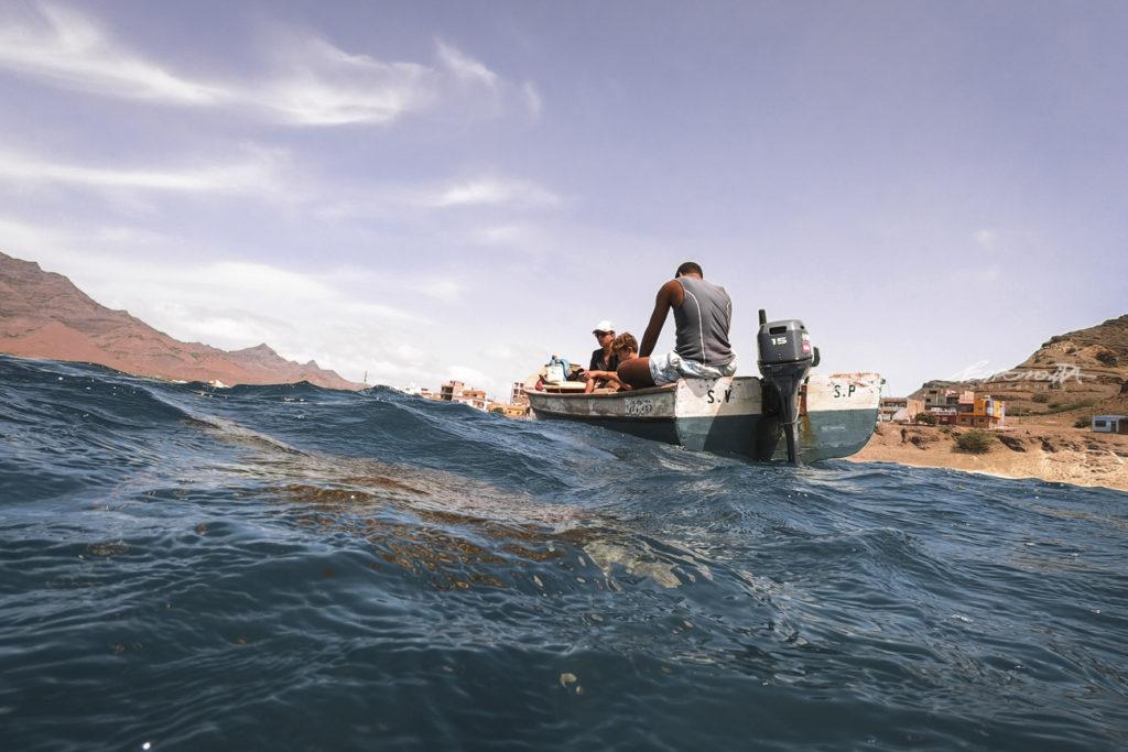 bote de pesca junto à costa