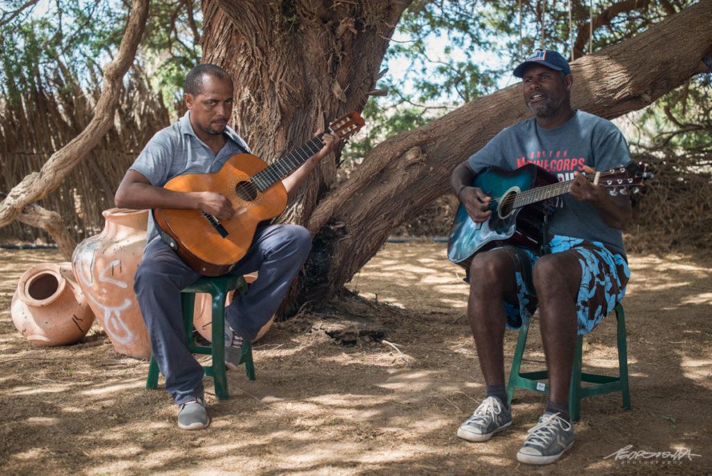 homens a tocar guitarra