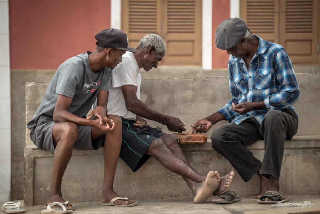 homens sentados a jogar uril
