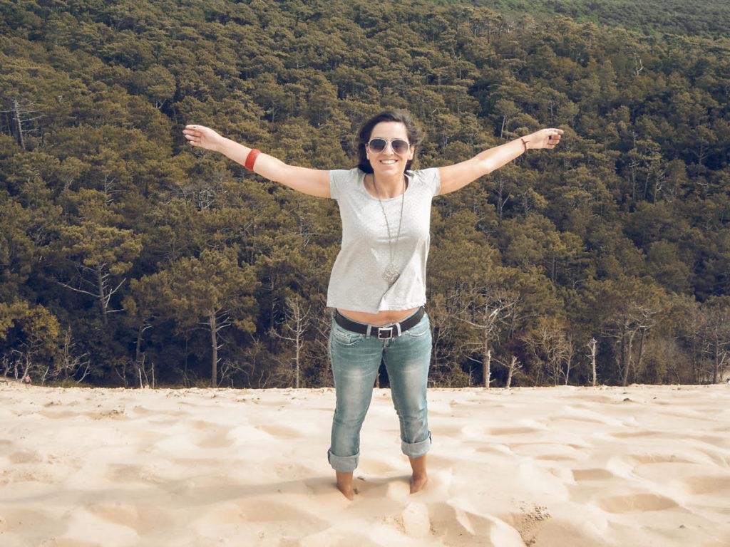 mulher no alto de uma montanha