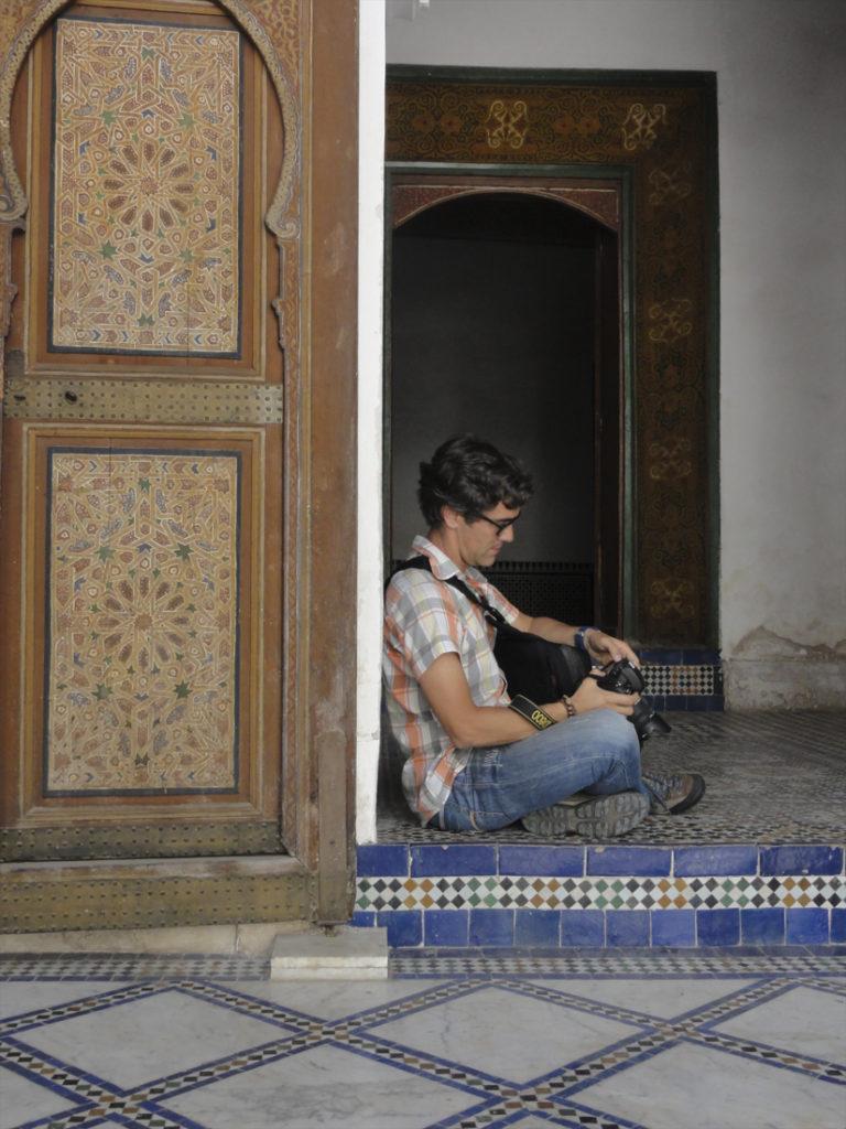 fotógrafo sentado em porta árabe