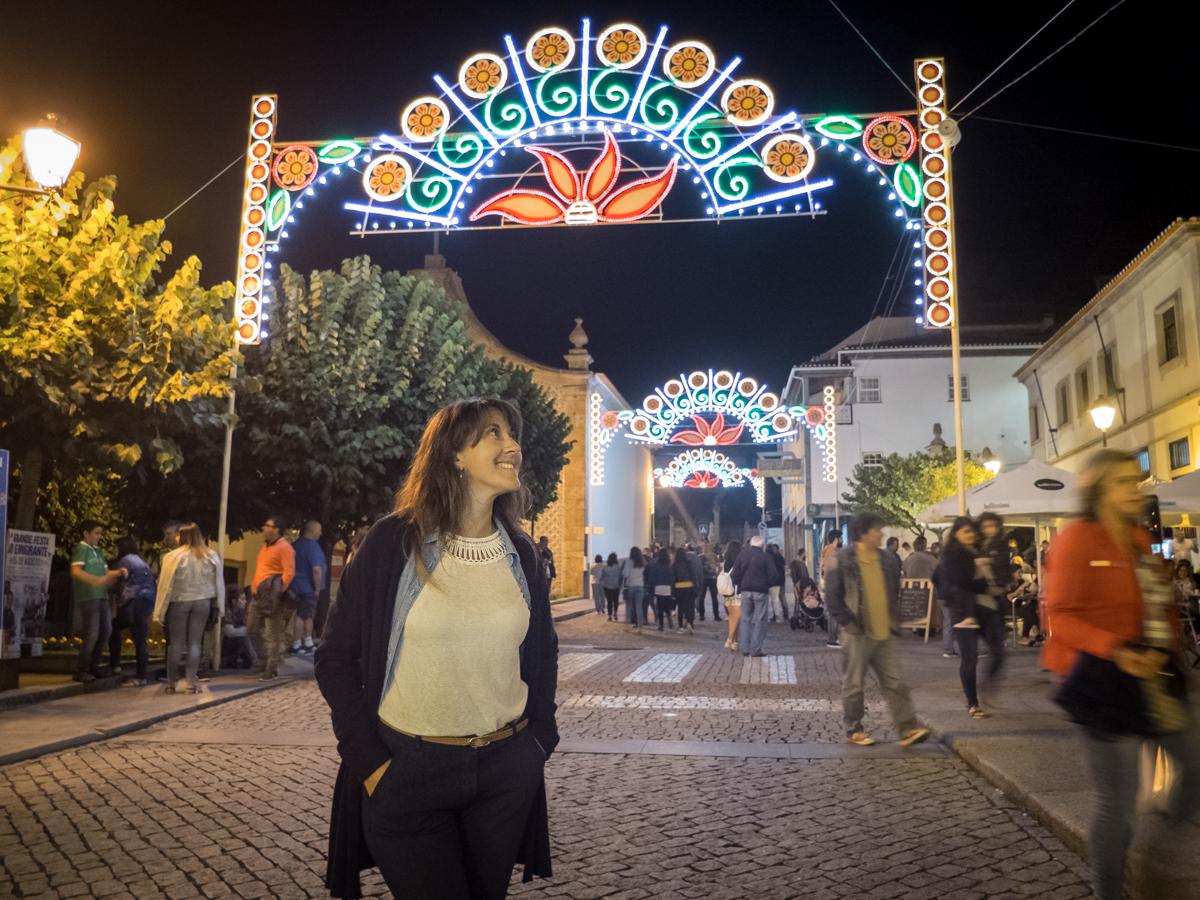 Rua iluminada com arcos em festa