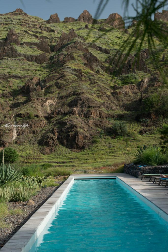 piscina com montanhas