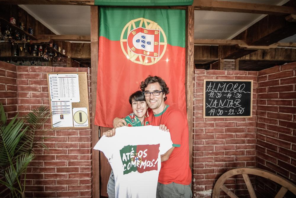 casal com bandeira de portugal