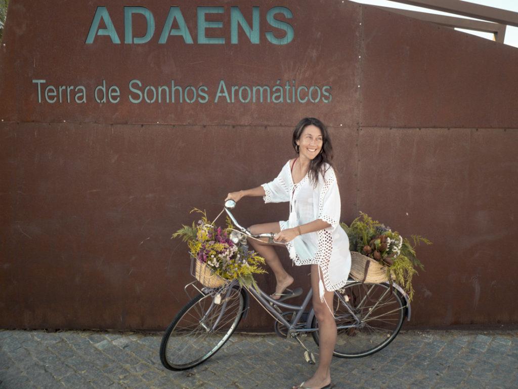 herdade dos adaens. mulher feliz com bicicleta