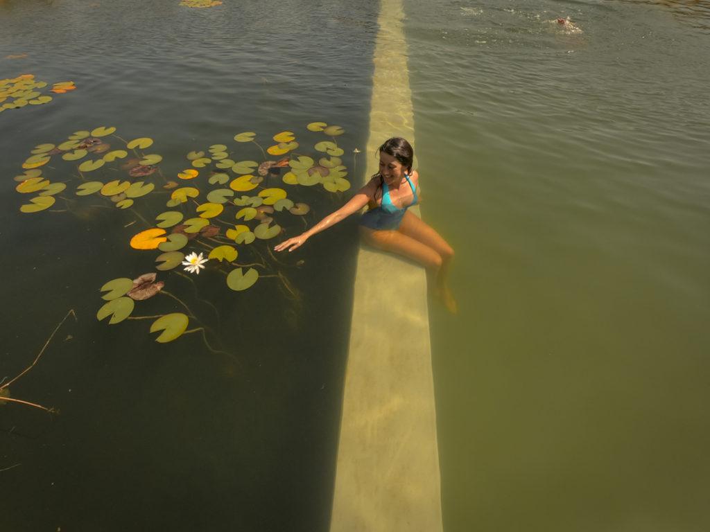 mulher em piscina biológica