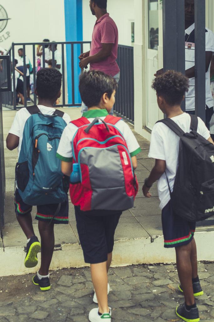 crianças de mochila às costas na escola