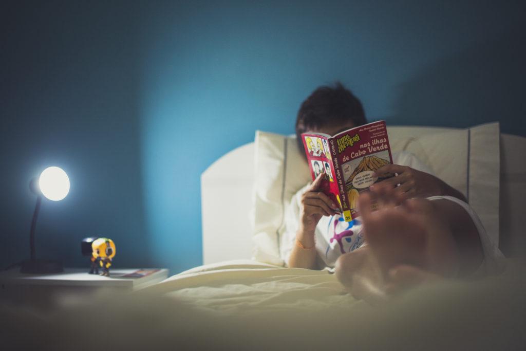 criança a ler um livro