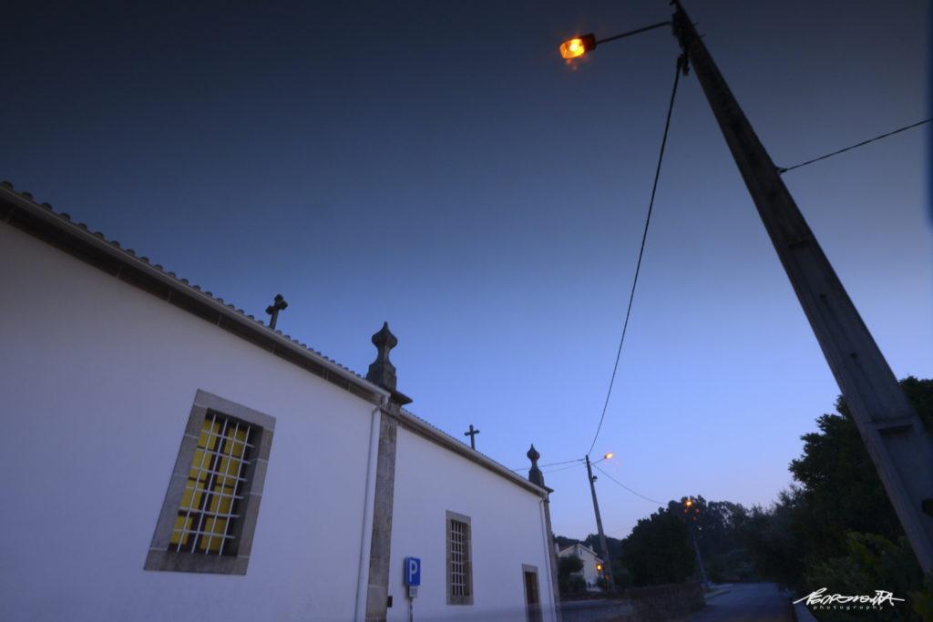 Igreja ao anoitecer