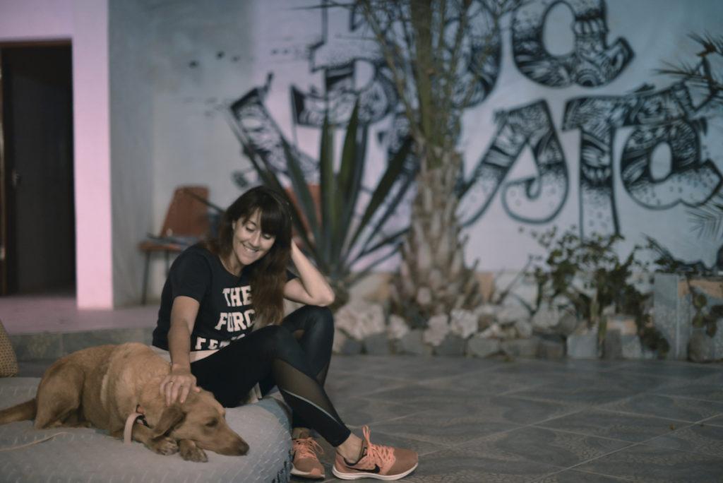 mulher com cão