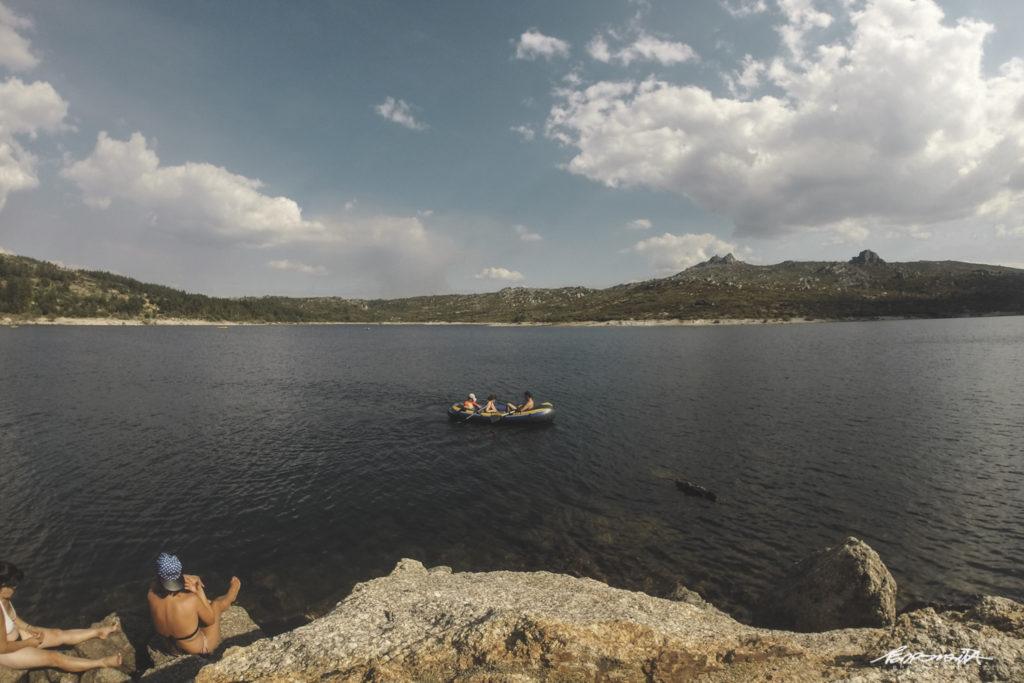 Grande Lagoa com barco de borracha