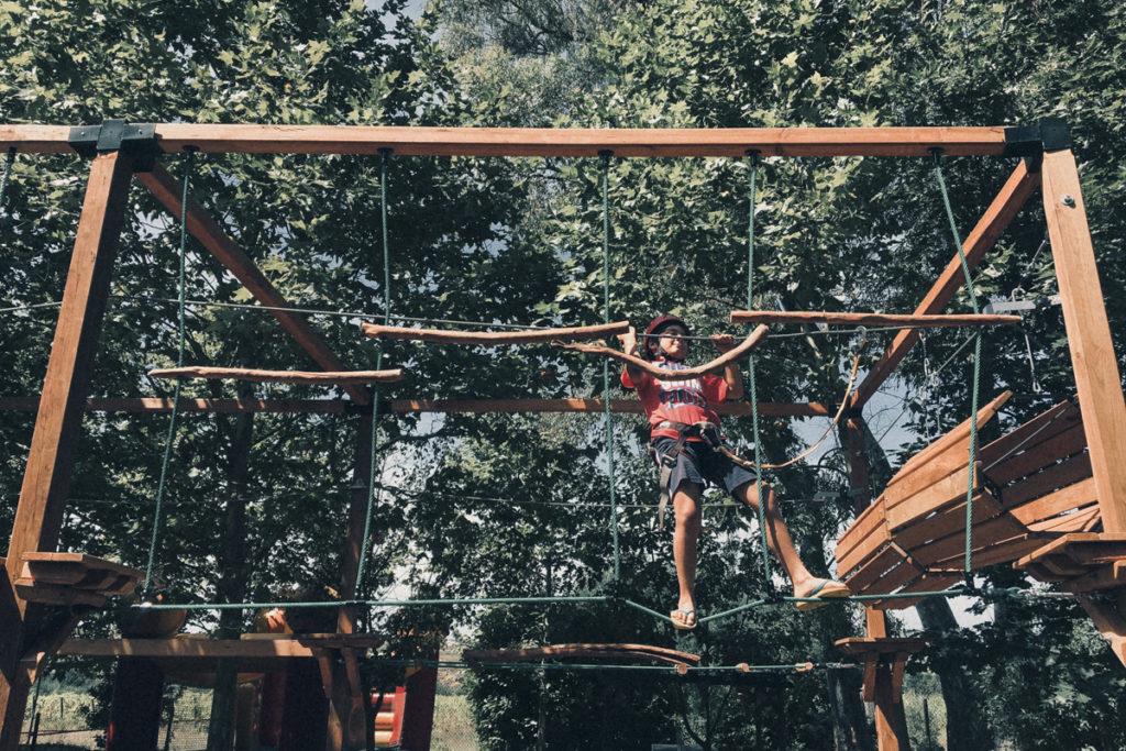 Criança a fazer atividades radicais