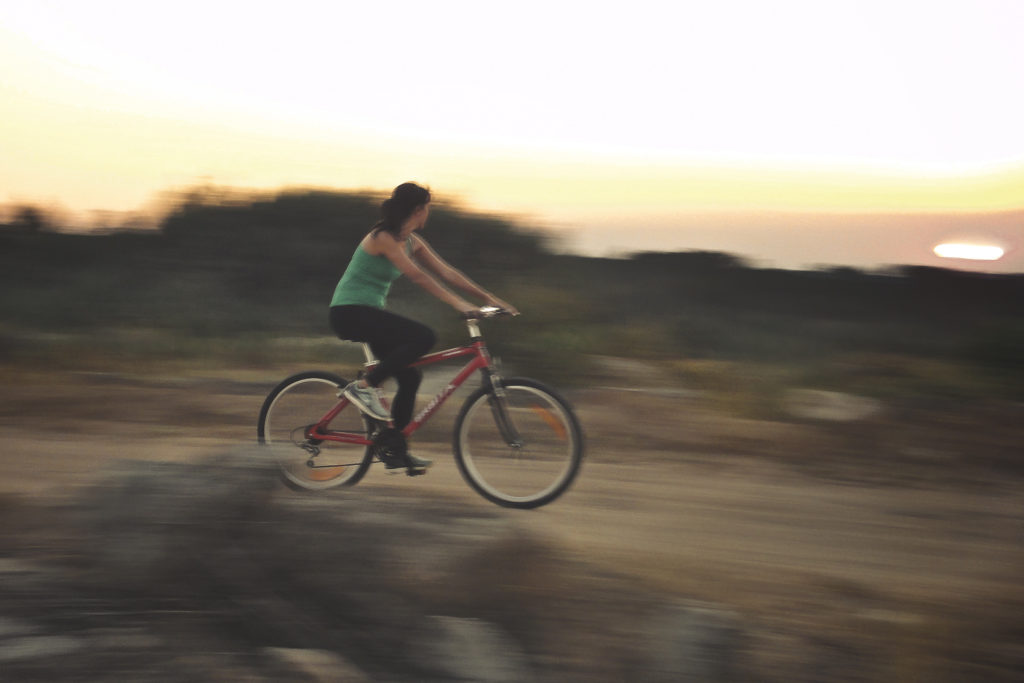 Mulher de bicicleta em movimento