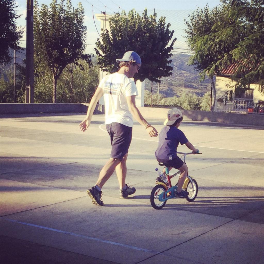 Pai e filho de bicicleta a aprender