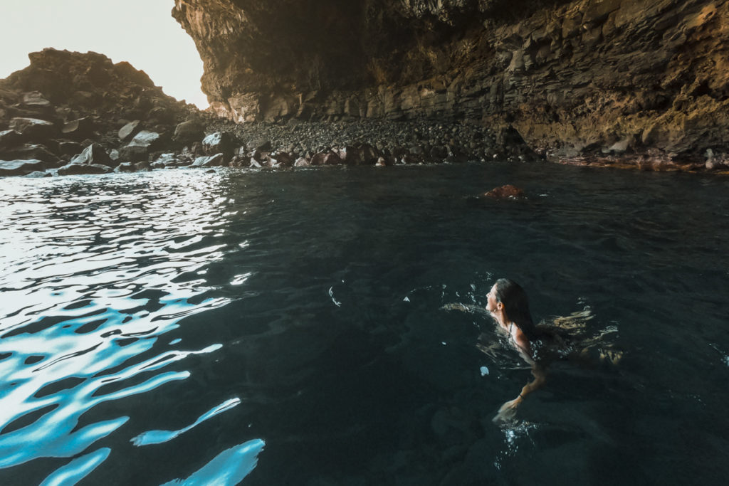 mulher nada dentro de gruta
