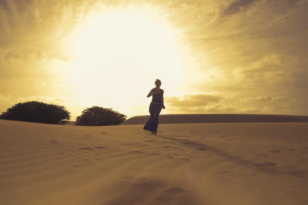 mulher corre no deserto