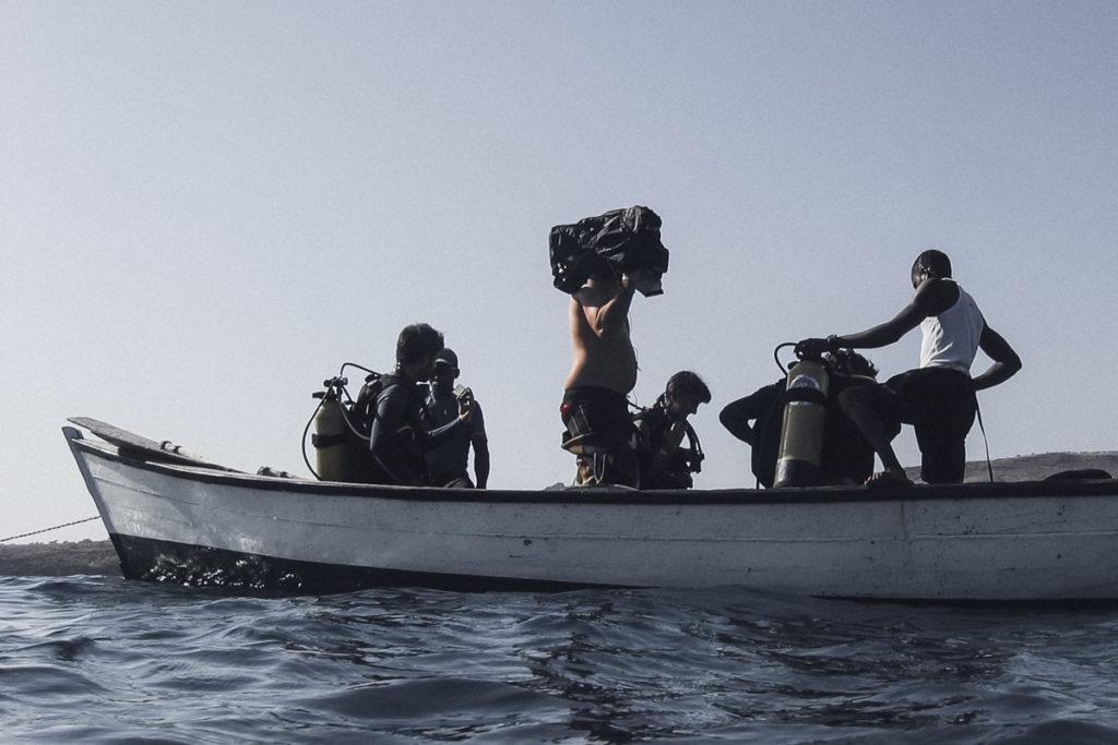 mergulhadores dentro de barco