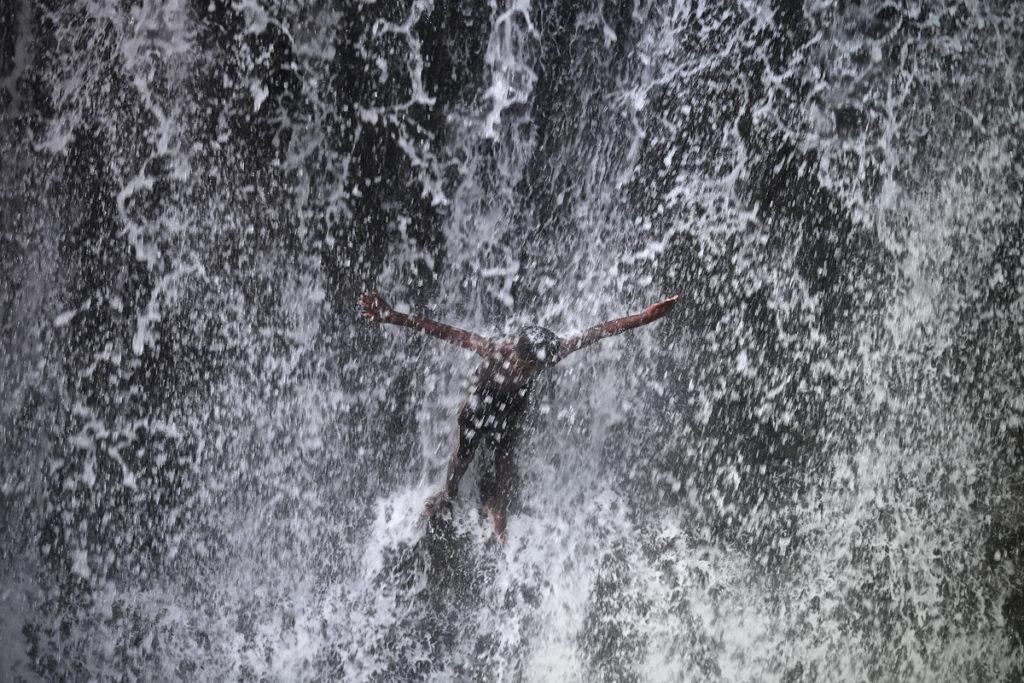 homem em queda de água