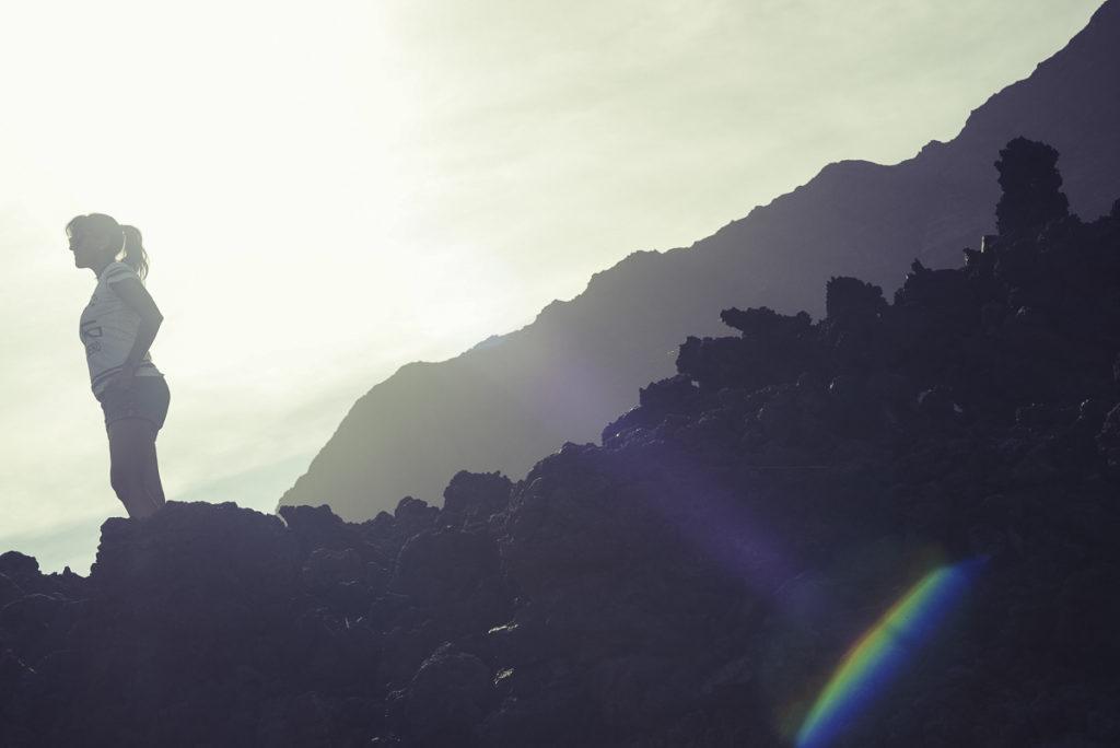 mulher em cima da jorra de vulcão