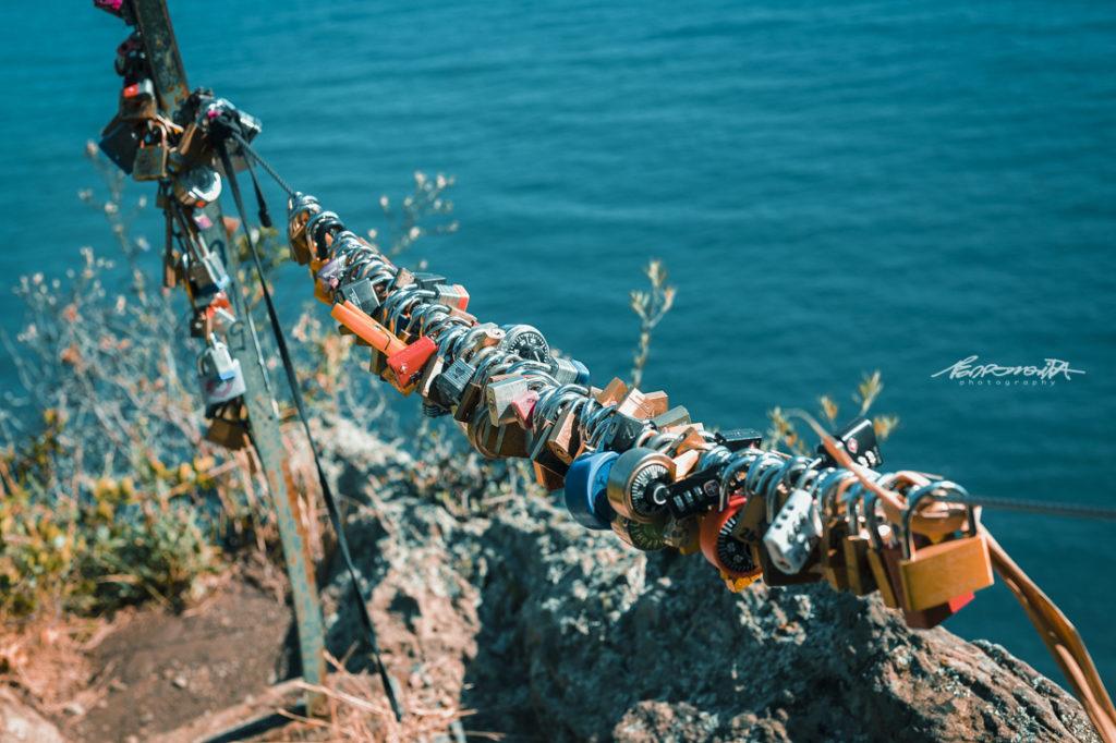 conjunto de cadeados pendurados junto ao mar