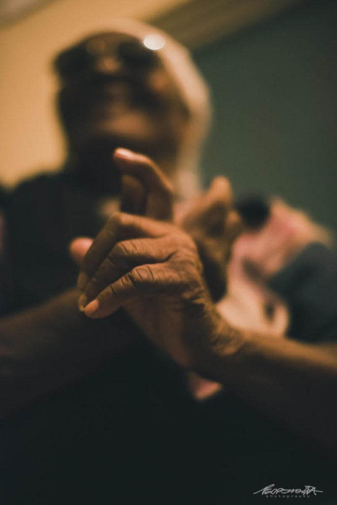 mãos de senhora idosa