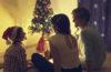 familia junto à arvore de natal