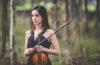 Mulher jovem com violino