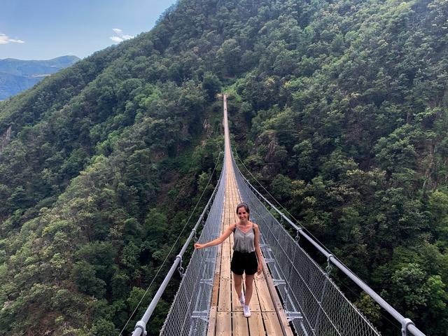 mulher em ponte suspensa